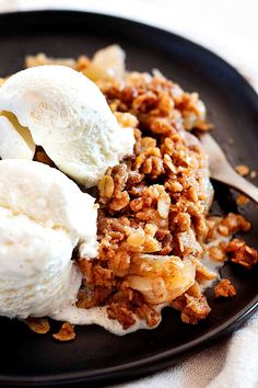 Crunchy, crispy apple crisp recipe! This is the easiest of the apple desserts. Just bake sliced tart apples topped with a streusel oat topping, with plenty of brown sugar, butter, and cinnamon. Serve with ice cream! #apple #dessert #applecrisp #appledessert #applerecipe #fallrecipe #winterrecipe #simplyrecipes Apple Crisp Pizza, Apple Crisp Easy, Apple Crisp Recipes, Simply Recipes, Fall Recipes, Whole Food Recipes, Apple Desserts, Easy Desserts, Dessert Recipes