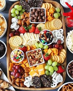 to Make a Sweet and Salty Snack Board Sweet and Salty Snack Board-the perfect party food for easy entertaining.Sweet and Salty Snack Board-the perfect party food for easy entertaining. Snacks Für Party, Appetizers For Party, Appetizer Recipes, Food For Parties, Party Food Ideas, Kid Friendly Appetizers, Kids Birthday Snacks, Easy Party Food, Teen Party Foods