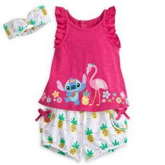 Dans cette tenue tropicale à l'effigie de Stitch, Bébé aura l'air d'une véritable danseuse polynésienne en herbe! Décoré de motifs ananas, cet ensemble comprend un top à manches courtes, un short assorti, ainsi qu'un adorable bandeau. L'exotisme et la gaieté sont au rendez-vous!