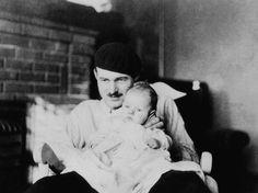 Ernest Hemingway, con su hijo mayor Jack en París.