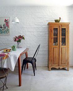 A parede de tijolos aparentes pintados de branco compõe o clima de simplicidade na casa de vila. Projeto dos arquitetos Daniela Ruiz e Carlos Verna
