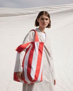 COS Puts Its Own Spin on the Oversized Shopper Bag Trend Source by hypebae Bags trend Canvas Shopper Bag, Tote Bag, Big Bags, Looks Cool, Editorial Fashion, Beauty Editorial, Ideias Fashion, Fashion Photography, Photography Magazine