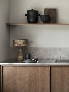 This is the latest kitchen project of Swedish kitchen brand Nordiska Kök in a beautiful dark oak finish. The design is inspired by the Nordic Archipelago and has hidden handles, a steel countertop … Swedish Kitchen, Nordic Kitchen, Rustic Kitchen, New Kitchen, Kitchen Dining, Kitchen Decor, Kitchen Island, Kitchen Ideas, Decorating Kitchen