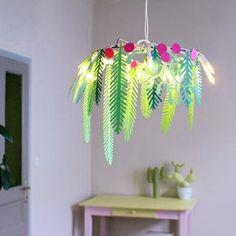 Un DIY de Noël tout en papier, créez cette couronne végétale illuminée d'une guirlande, une note de douceur et de poésie dans votre décoration !