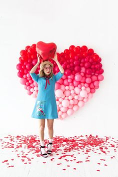 Did you ever see our Giant Balloon Number DIY? So, we've taken that idea and created a giant ombre heart for Valentine's Day! Take a look… We've used a spectrum of red and pink balloons to easily cr Valentine Backdrop, Valentines Balloons, Valentines Day Decorations, Valentines Day Party, Balloon Ceiling, Balloon Backdrop, Balloon Decorations Party, Balloon Background, Balloon Wall