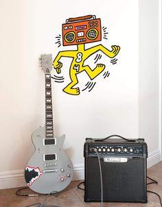 Le sticker mural Mr Boombox, un classique des années 80 de Keith Haring, maitre du pop art, vous donnera envie de vous bouger ;)