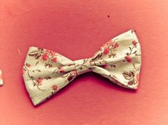 Fun and easy .  Free tutorial with pictures on how to make a hair bow in under 15 minutes using fabric, thread, and needle. How To posted by iimaginexthat. Difficulty: Simple. Cost: Absolutley free. Steps: 1