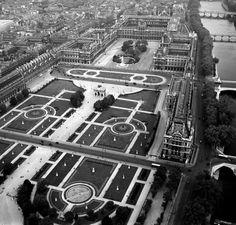 Rare:vue aérienne du #Louvre et des Tuileries en 1953...avant la Pyramide évidemment ! @MuseeLouvre #Paris #histoire
