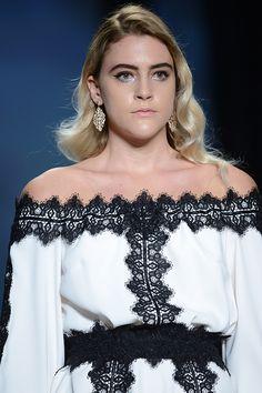 Μάξι λευκό φόρεμα με χαμόγελο και λεπτομέρειες μαύρης δαντέλας Off Shoulder Blouse, Collection, Tops, Women, Fashion, Moda, Fashion Styles, Fashion Illustrations, Woman