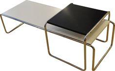 <p>Tables basses noire et blanche Laccio 1 et 2, Marcel Breuer, éditions Gavina vers 1965. En 1962, Marcel Breuer, l'un des pères fondateurs du modernisme, rencontre Dino Gavina qui décide de produire des prototypes de Breuer datant de sa période Bauhaus, jusqu'en 1968. L. 135 cm x l. 48 cm x h. 34.5 cm (blanche) L. 55 cm x l. 47 cm x h. 45 cm (noire). (Angle recollé = 1 fil)</p>