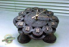 """Funciona com 1 pilha AA (não inclusa). Lindo e delicado relógio artesanal de mesa, confeccionado em papel jornal, com uma técnica especial que dá ao produto resistência e durabilidade. Para decorar sua casa, escritório ou para presentear. ESTE PRODUTO É CONFECCIONADO SOB ENCOMENDA, CONSULTE-NOS SOB PRAZO DE ENTREGA OUTROS MODELOS NO ÁLBUM """"RELÓGIOS"""" R$ 79,90"""