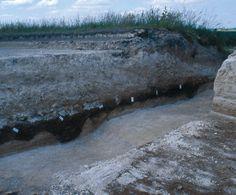 Vue en coupe de la voie romaine.Cl. : H. Bocquillon/Inrap