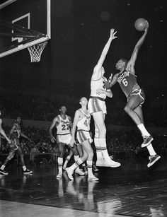 Bill Russell : 75 great photos from almost 70 years of the NBA Finals Bill Russell, Pro Basketball, Boston Sports, World Of Sports, Boston Celtics, Los Angeles Lakers, Sport Shorts, Aba, Great Photos