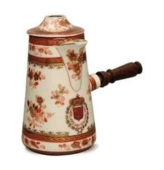 A CHINESE EXPORT-STYLE PORCELAIN CHOCOLATE POT AND COLLAR WITH WOOD HANDLE,   IRON RED MARK FOR SAMSON, 19TH/20TH CENTURY,