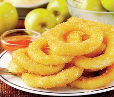 Învaţă să prepari inele de ceapă la tine acasă, mai sănătoase şi naturale decât la fast food.  Mod de preparare: 1. Ceapa se taie si se desface în inele care se trec prin oul batut. 2. Faina se amesteca cu sare si piper si inelele se trec prin acest amestec, scuturând faina în exces. … Halloumi Burger, A Food, Food And Drink, Jacque Pepin, Onion Rings, Quick Easy Meals, Breakfast Recipes, Cooking, Ethnic Recipes