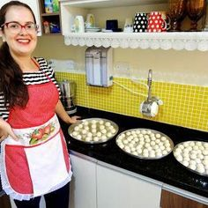 Vou ensinar uma receita de biscoito de polvilho (sem glúten) e sem leite (sem lactose) pra vocês pra fazerem em casa ainda hoje.