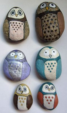 Owl variations using a simple rock painting pattern Painted Rocks Owls, Owl Rocks, Painted Pebbles, Painted Stones, Pebble Painting, Pebble Art, Stone Painting, Pour Painting, Owl Crafts