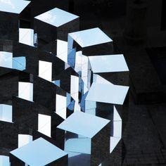 RING II, instalación de 114 cubos de espejo formando un cilindro que produce un efecto desorientador en los visitantes.  Cielo, edificios y calles se deconstruyen en un reflejo interactivo. #MWMaterialsWorld #WeLoveMaterials #alucobond #ArnaudLapierre