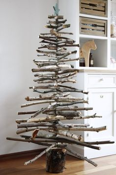 Christmas DIY idea: building a wooden Christmas tree - Build wood Christmas tree yourself: DIY for a tree branches Christmas tree. As a simple Christmas t - Wood Christmas Tree, Simple Christmas, Christmas Crafts, White Christmas, Alternative Christmas Tree, Minimal Christmas, Navidad Simple, Navidad Diy, Scandinavian Christmas Decorations