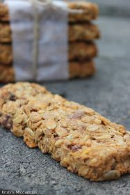 Energy bars with peanut butter, chocolate and fresh coconut Norwegian Food, Norwegian Recipes, Healthy Snacks, Healthy Recipes, Homemade Peanut Butter, Energy Bars, Muesli, Banana Bread, Coconut