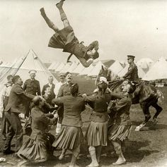 First World War, mobilization, declaration of war: a group of soldiers with a cloth to throw one of them into the air during preparations for the battle at the front. England, 1915