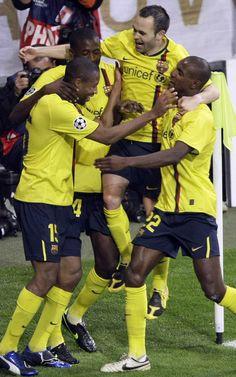 Keita celebra junto a Touré, Iniesta y Abidal el gol que le marcó al Bayern en el partido de vuelta de cuartos (1-1).
