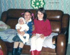 Duas nenas sentadas cun bebé en brazos. Cedida por Ezaro.com