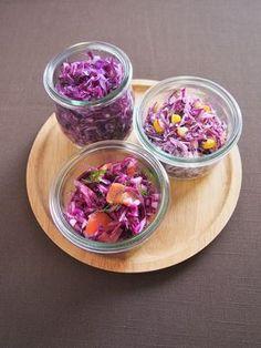 色鮮やかで栄養豊富な紫キャベツ。ビタミンCや食物繊維、アントシアニンが豊富です。簡単に出来る常備菜(紫キャベツの塩漬け)の作り方と、マリネとコールスローのレシピをご紹介。