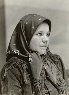 """Incredible Photos of Immigrants at the Turn of the Century; this one is a """"Slovakian woman at Ellis Island in the hub's Grandmother came from Slovakia (then Hungary) a few years before this, as a child. Ellis Island Immigrants, Island Tattoo, Somewhere In Time, Old Photography, Photographs Of People, Mountain Man, Black And White Pictures"""