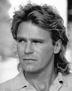 Richard Dean Anderson..... the old MacGyver...... Angus MacGyver's (Lucas Till) grandfather