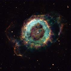 小さな幽霊星雲と呼ばれる惑星状星雲の中心にとどまる瀕死の星。