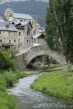 Los pueblos del interior.  La mayor parte del interior del valle se dedica a la producción de lana y grano. El pan del valle y el cordero destacan por su calidad. Los verdes prados y el agua cristalina del río alimentan la leyenda de que en el valle aún vive la magia del pasado.