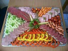 In the culinary specialist's moneybox. Finger Food Appetizers, Holiday Appetizers, Appetizer Buffet, Appetizer Recipes, Entree Festive, Meat Platter, Fingerfood Party, Food Garnishes, Party Buffet