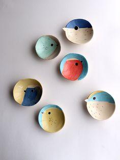 Visitez le bureau de poste pour plus. Clay Projects, Clay Crafts, Diy And Crafts, Arts And Crafts, Ceramic Birds, Ceramic Plates, Ceramic Pottery, Wall Plates, Slab Pottery