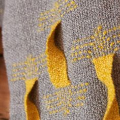 I love Hannie Hantverk's golden twists in this scarf ~ @hannieshantverk
