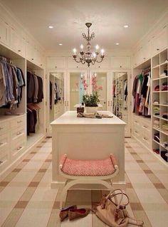 Nella mia cambina armadio io voglio molto spazio per tutti i miei vestiti. Ho bisogno di tanti scaffali e una scarpiera.Voglio molta illuminazione nella stanza ma non troppa.