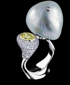 Jewellery Theatre: Jewellery Bionics Ring,18K white gold.  1 diamond 1,02 ct, 263 diamonds 1,80 ct, baroque pearl.