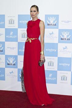 Nieves Álvarez, muy elegante con este vestido rojo de corte imperio.