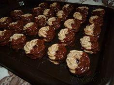 POTŘEBNÉ PŘÍSADY:  15 dkg vlašských nebo lískových ořechů 15 dkg moučkového cukru 8 dkg hladké mouky 1 vejce 1 žloutek 3 až 5 lžic mléka marmeládu na slepení čokoláda na ozdobu   POSTUP PŘÍPRAVY:   Ořechy nameleme, přidáme ostatní suroviny a dobře zpracujeme.