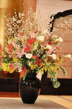 ツボ活け花 桜の花を使い春の訪れを演出しています。 Party Centerpieces, Table Decorations, Japan Flower, Front Gate Design, Front Gates, Easter Flowers, Ikebana, Artificial Flowers, Seasonal Decor
