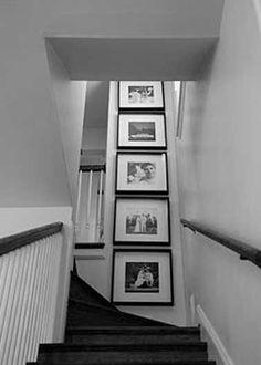 Disposer des tableaux dans les escaliers noirs et gris
