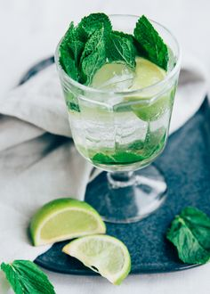 Drie alcolholvrije cocktails voor als je even genoeg hebt van de glaasje water. Ze noemen dit ook wel mocktail of virgin cocktail. Recepten? Virgin Cocktails, Healthy Drinks, Fresh Rolls, Whisky, Lime, Keto, Snacks, Fruit, Ethnic Recipes