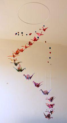 """Mobile bébé origami """"Spirale"""" motifs nippon, Grues et Perles : Jeux, peluches, doudous par mademoiselle-origami. 44€"""