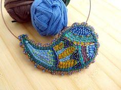 Collana girocollo in tessuto pavone verde blu ricamo folk girellone Paisley filo e colori di ila riciclo