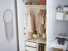 PAX garderobekast | IKEA IKEAnederland IKEAnl wooninspiratie inspiratie kast slaapkamer kledingkast garderobekast kleding opbergen walkincloset kinderkamer kinderen babykamer baby KOMPLEMENT kastinrichting