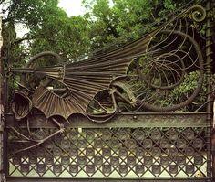 Finca Güell / Wrought Iron / Dragon door Gaudi