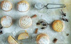 Ma'amul, i biscotti arabi più popolari, realizzati con un involucro di semolino e farina, e un ripieno di noci, datteri e aromi di rosa e fiori di arancia.