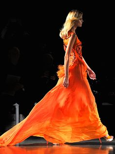 Apprentice's of R'hllor in Volatnis wear fiery orange and yellow, Mathew Williamson. Runway Fashion, Fashion Beauty, Fashion Outfits, Womens Fashion, High Fashion, Orange Fashion, Passion For Fashion, Dress To Impress, Orange Color