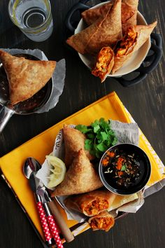 Attention all paneer lovers! There's nothing more satisfying than taking a big bite out of a crispy, spicy samosa with a fabulous filling. Whether it's soft potato and pea, hearty mung daal or Gourmet Recipes, Healthy Recipes, Vegetarian Meals, Snack Recipes, Tandoori Paneer, Indian Street Food, Evening Snacks, Chaat, Recipes