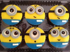 Throw a kid's party with the Despicable Me Inspired Cupcakes. Kids will be amazed and mesmerized by these awe-stricken cupcakes! Get an A+ from the kids when you try these not just delicious but cute cupcakes. Fondant Minions, Cupcakes Dos Minions, Despicable Me Cupcakes, Despicable Me Party, Minion Party, Fondant Cupcakes, Cute Cupcakes, Cupcake Cakes, Cup Cakes